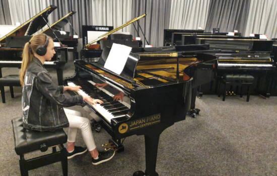 Impresiven projekt učenke Ele na klavirju